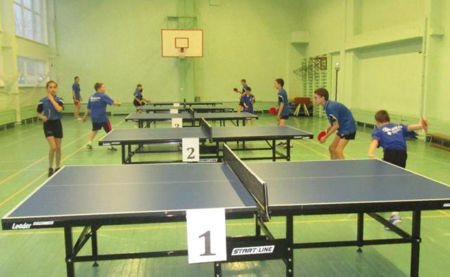 Настольный теннис в школьном спортзале